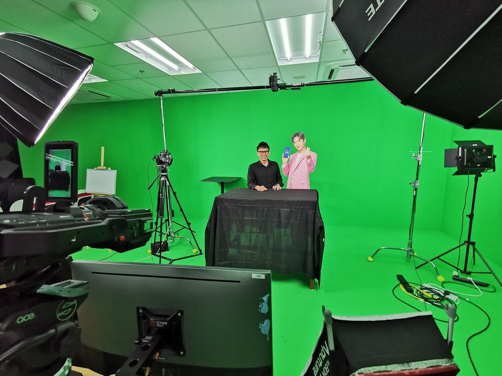 Virtual-event-emcee-lester-leo-in-lazlive-green-screen-studio